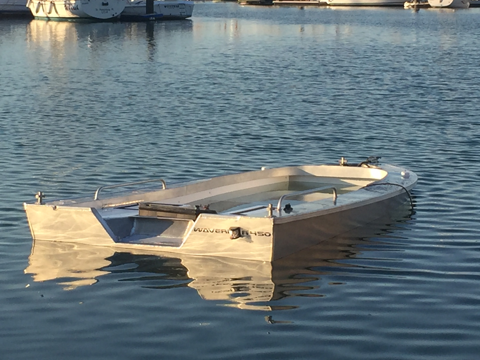 Waverider boat floating level