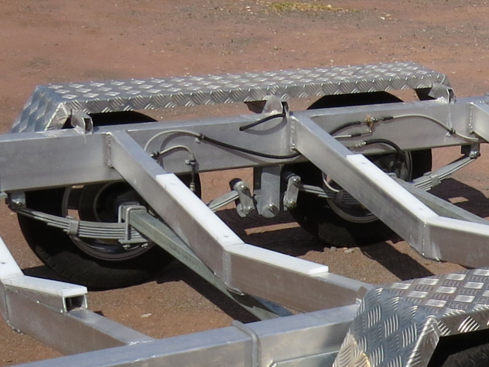 Dual axle trailer with both axles connected with electic/hydraulic brakes.